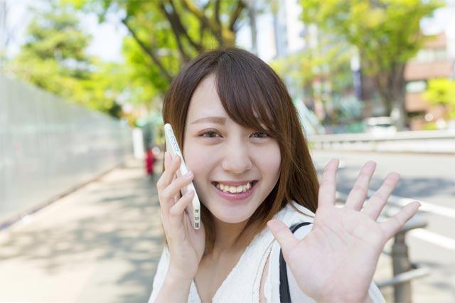 LINEモバイルで通話する女性